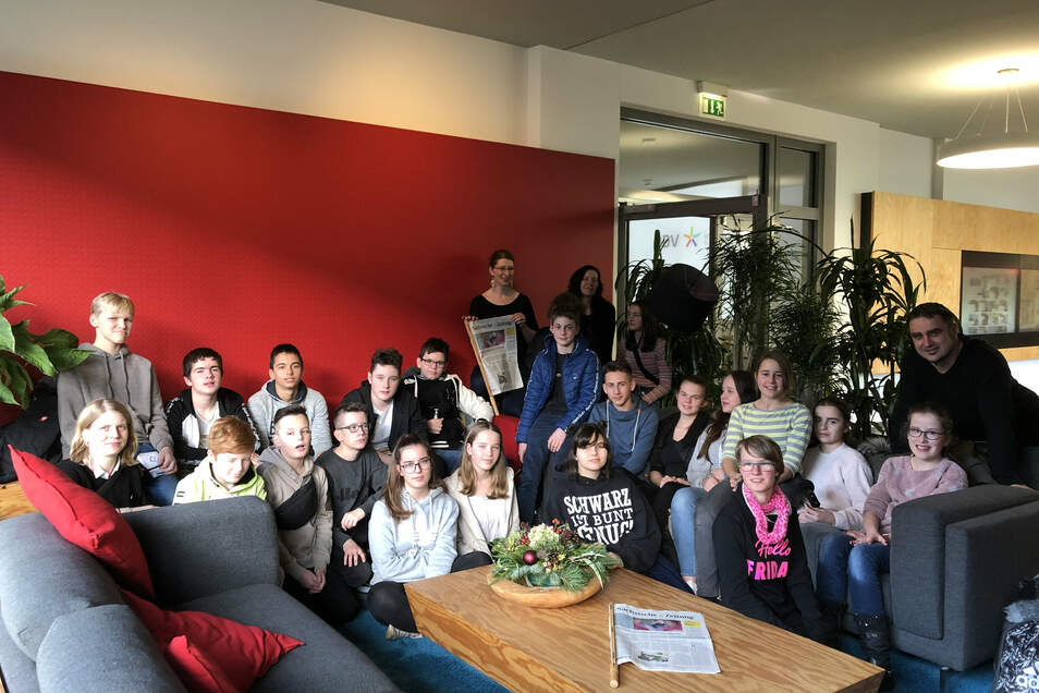 Beim Besuch im Haus der Presse in Dresden schauen die Schüler der Klasse 8a aus Niesky den Zeitungsmachern über die Schulter und sehen, wie die SZ produziert wird.