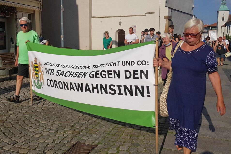 Auch an diesem Montag trugen Teilnehmer am Corona-Protest in Bautzen ein Banner der Freien Sachsen. Mit Sächsische.de reden wollten sie darüber nicht.