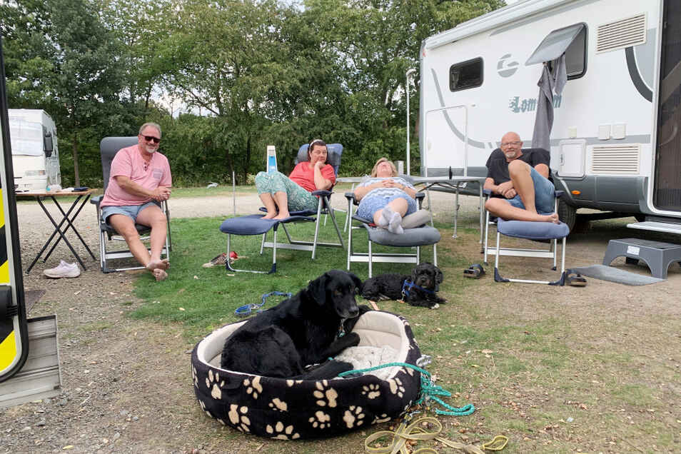 Die Familien Hansen und Scherzer plus Hunde beim Camping