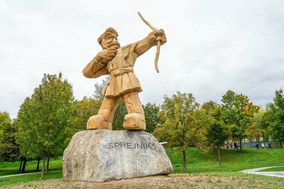Der Spielplatz ist nach dem Riesen Sprejnik benannt. Die Figur wurde aus fünf Eichenstämmen geschnitzt.