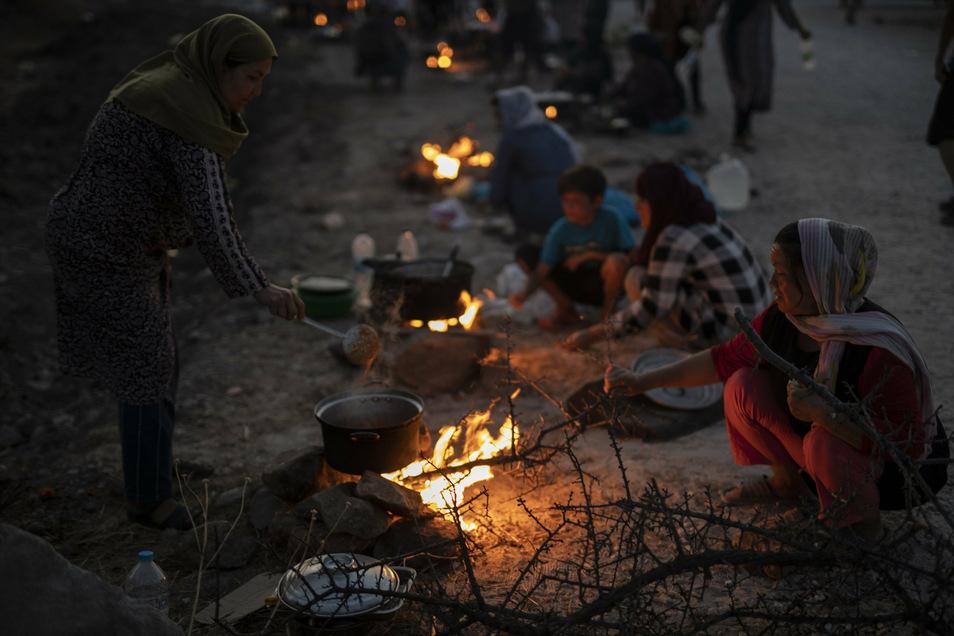 Flüchtlinge leben auf der griechischen Insel Lesbos auf der Straße, nachdem offenbar andere Flüchtlinge ihr provisorisches Lager abgefackelt hatten.