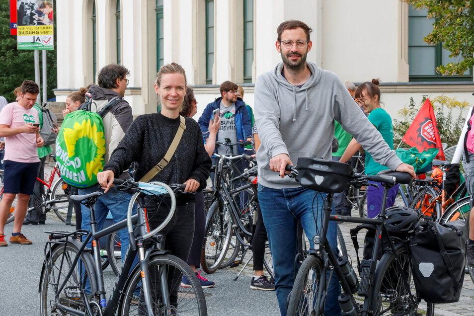 Die Europaabgeordnete Anna Cavazzini und der Landtagsabgeordnete Daniel Gerber (Grüne) umrundeten am Sonntag mit rund 30 Mitradlern die Kohlegrube Turow, um auf das Thema hinzuweisen.