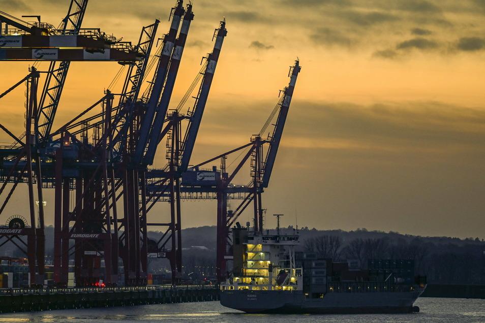 Ein Containerschiff verlässt die Terminals in Waltershof im Hamburger Hafen. Die deutsche Wirtschaft  wuchs im vierten Quartal minimal um 0,1 Prozent im Vergleich zum Vorquartal.