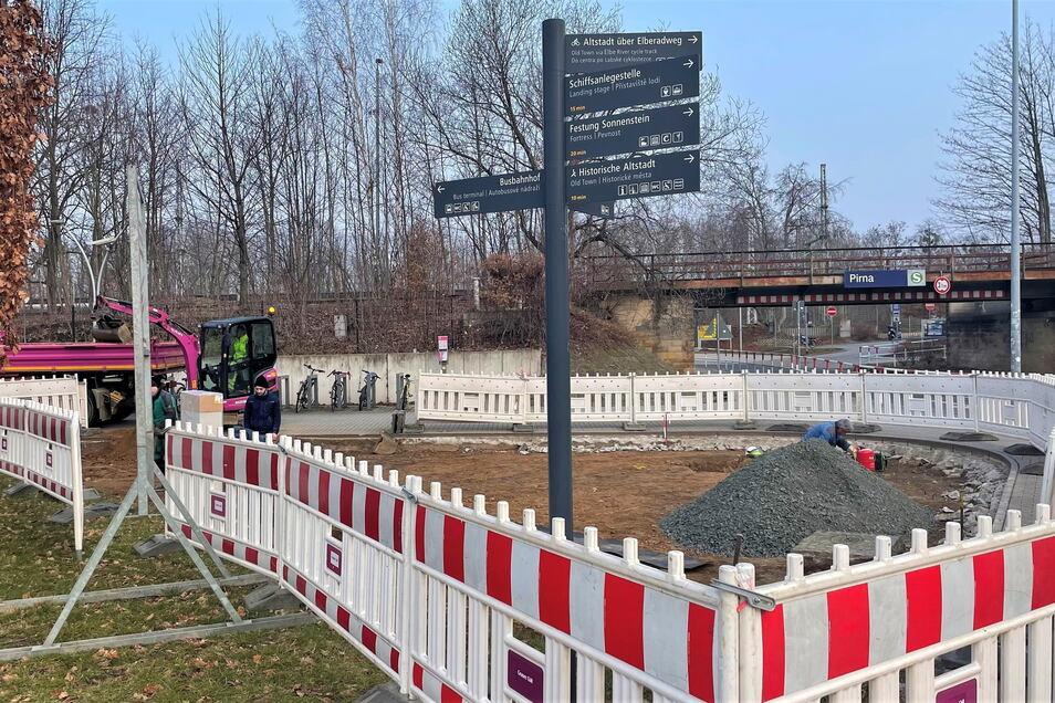 Ehemalige Grünfläche am Pirnaer Busbahnhof: Bald Standort für die erste Fahrrad-Garage.