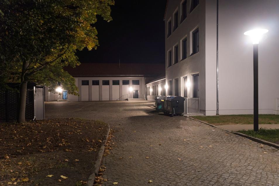 Ziemlich hell: An der Fassade der neu sanierten Oberschule am Merzdorfer Park gibt es etliche Lampen, die derzeit bis spät abends angeschaltet sind. Nicht nur Anwohner einer benachbarten Straße stören sich daran.