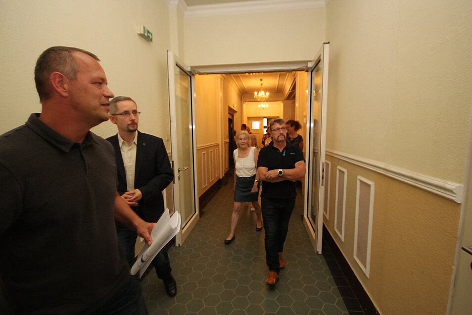 Bauamtsmitarbeiter Jens Dauskardt (v. l.) und Bürgermeister Frank Lehmann erläuterten den Lautaer Stadträten bei einem Rundgang, welche Maßnahmen zur brandschutztechnischen Ertüchtigung des Kulturhauses realisiert wurden.