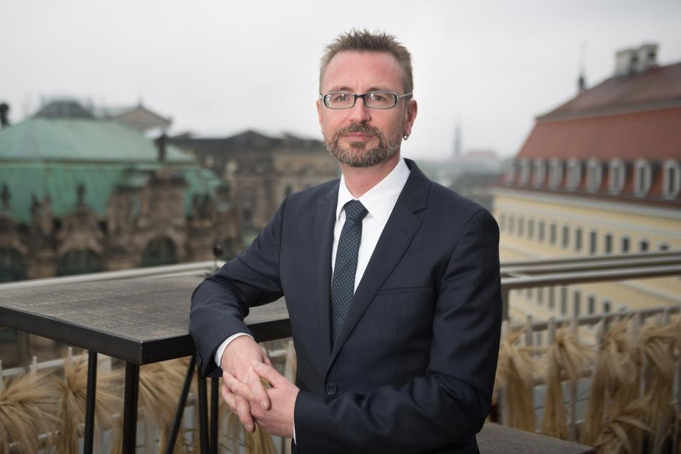 Jürgen Amann, Geschäftsführer der Dresden Marketing GmbH (DMG), gratuliert den Preisträgern.