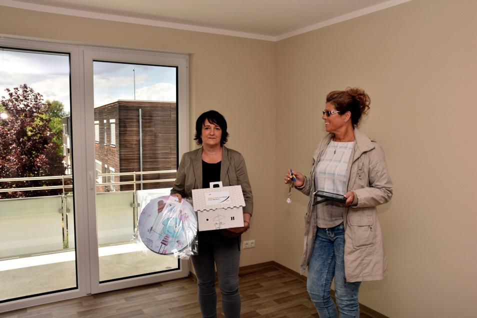 Kerstin Mesech (l.), hier mit ihrem Willkommenspaket, erhielt gestern von Wohnungsmanagerin Solveig Focke auch den Schlüssel für ihre neue Wohnung.