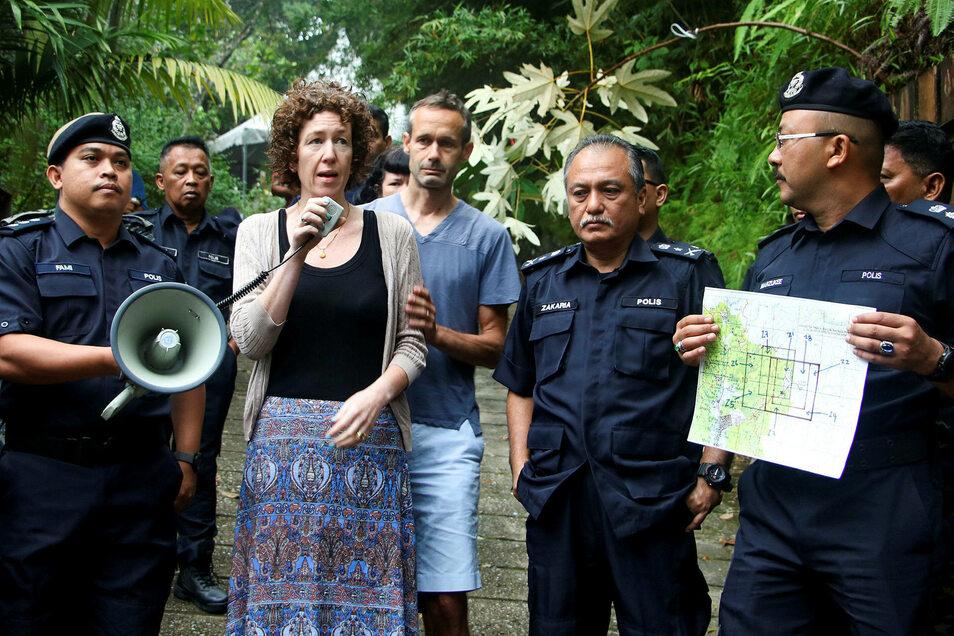 Meabh Quoirin und Sebastien Quoirin (beide M), die Eltern der im Dschungel von Malaysia vermissten Nora, geben neben dem stellvertretender SAC Polizeichef Che Zakaria Othman ein Statement ab.