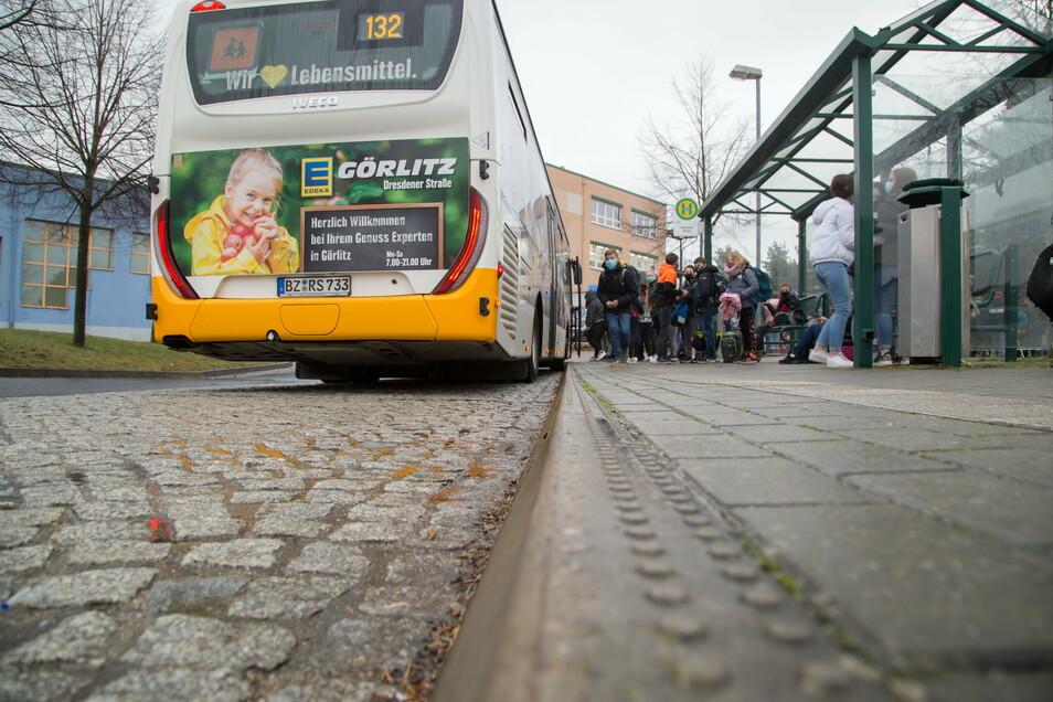 Maske auf im vollen Bus? Die Schüler, die an der Oberschule Kodersdorf in den Schulbus einsteigen, halten sich an die Regeln.