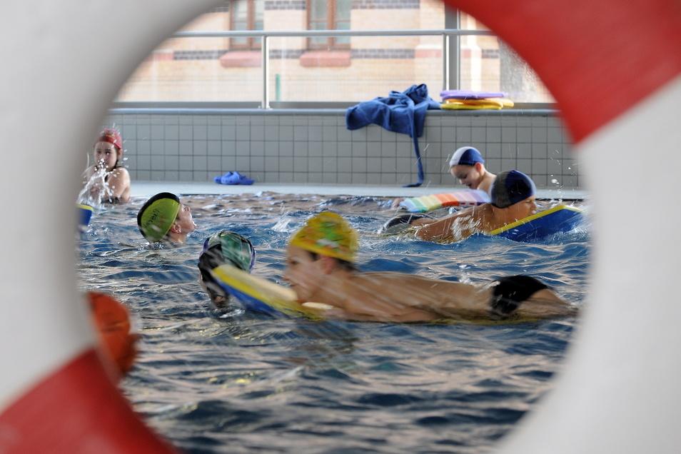Schulschwimmen im Görlitzer Neißebad.