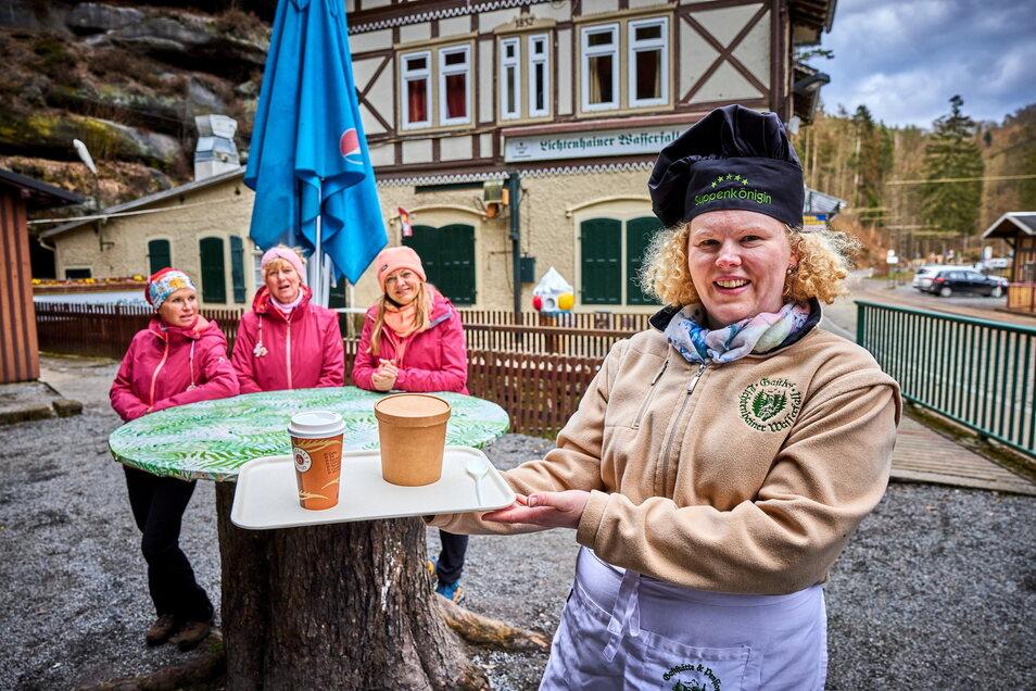 Seit Kurzem werden Wanderer an den Wochenenden wieder im Außer-Haus-Verkauf versorgt. Eine Chance ihrem Personal nach sechs Monaten ohne Arbeit wieder eine Grundlage zu bieten.