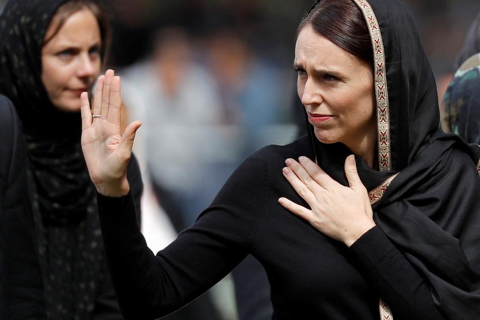 Christchurch: Jacinda Ardern (r), Premierministerin von Neuseeland, winkt während sie die Freitagsgebete verlässt. Mit zwei Schweigeminuten hat Neuseeland der 50 Todesopfer des rassistisch motivierten Anschlags auf zwei Moscheen in der Stadt Christchurch