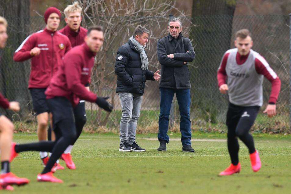 Sportchef Ralf Minge (hinten rechts) verfolgt gemeinsam mit Aufsichtsrat Hans-Jürgen Dörner ein Dynamo-Training im Großen Garten. Wissen sie schon, welche Spieler bleiben sollen?