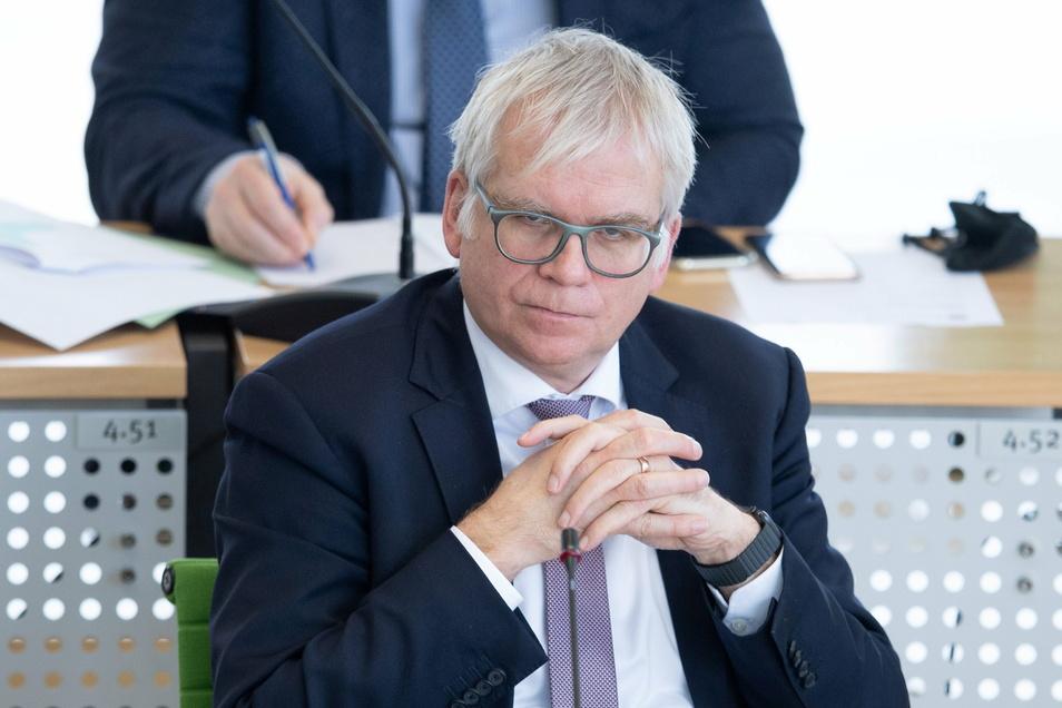 """Auf Sachsens Finanzminister Hartmut Vorjohann (CDU) kommen schwere Wochen zu: Der Rechnungshof kritisiert den von ihm vorgestellten Doppelhaushalt 2021/22 als """"nicht beschlussfähig""""."""