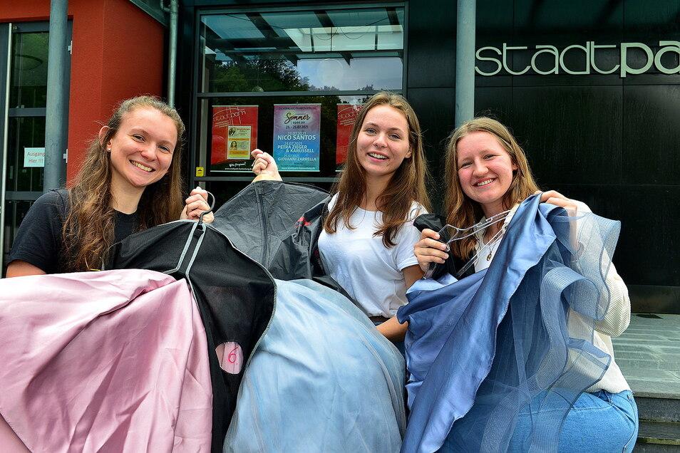 Die Abiturientinnen Leni Katharina Patzenbein, Tara Madeleine Baldauf und Jara Graf (von links) sind nun vorbereitet für ihren Abiball. Bei anderen sieht das anders aus.