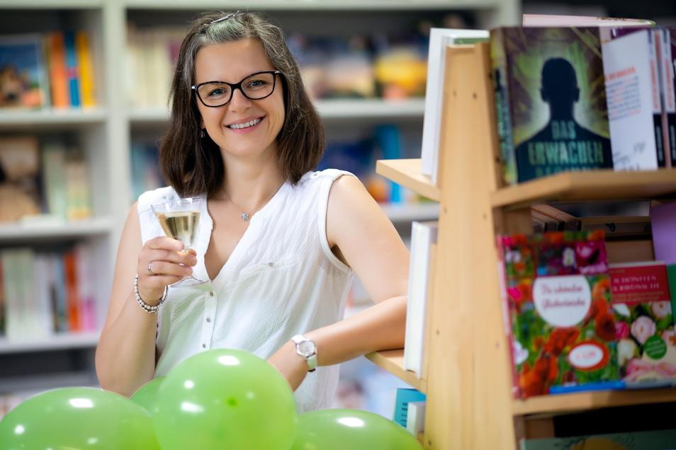 Darauf darf man anstoßen. Henriette Wolf führt das Familien-Unternehmen Neustädter Bücherinsel mit zwei Filialen weiter.