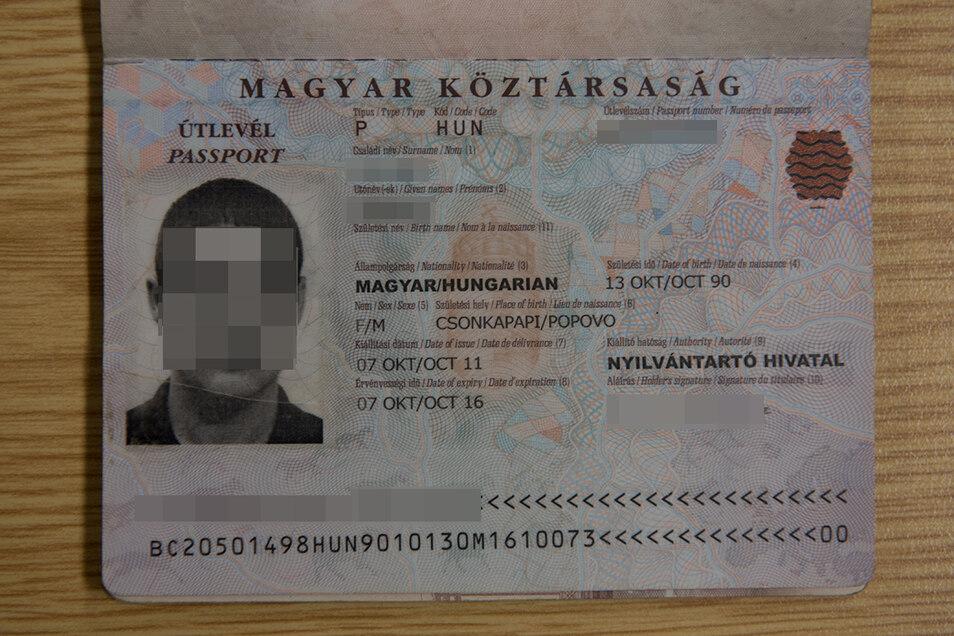 Bei dem ungarischen Pass wurde das Foto getauscht. Er wurde dem eigentlichen Besitzer wohl gestohlen.