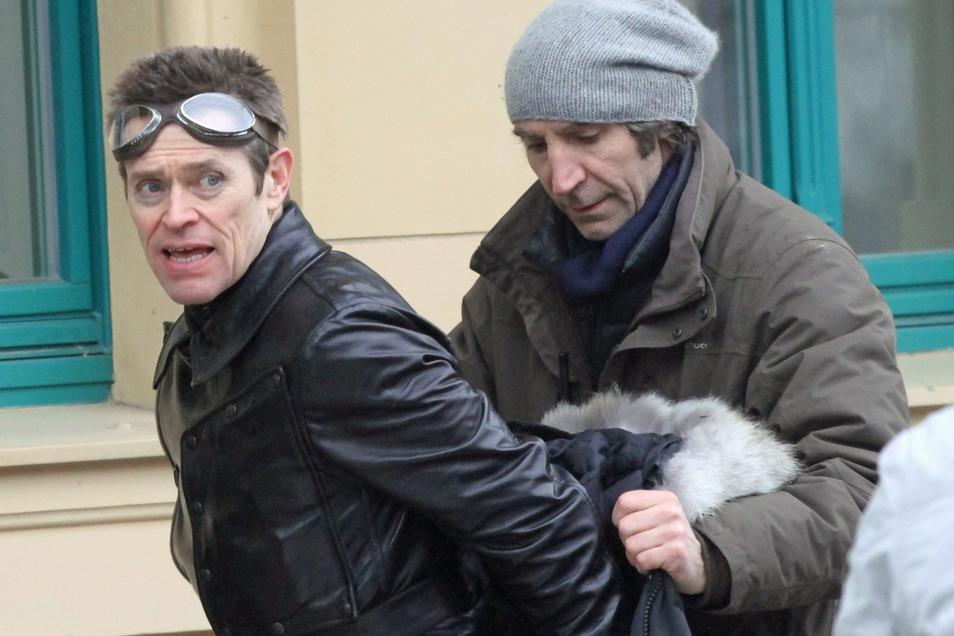 """Drehort Kränzelstraße: Hollywoodstar Willem Dafoe (li.) bereitete sich 2013 auf eine Szene zu """"The Grand Budapest Hotel"""" vor."""