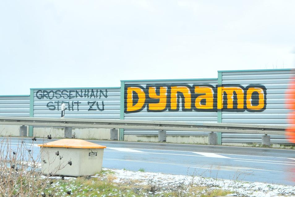 """""""Großenhain steht zu Dynamo"""" ist seit Kurzem auf der Lärmschutzwand an der Auffahrt zur Bundesstraße 98 zu lesen. Nicht jedem Dynamo-Fan wird das gefallen."""