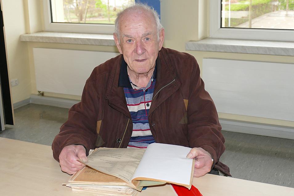 Klaus Panoscha (85), Leiter der Freiwilligen Feuerwehr Spremberg von 1972 bis 1998, mit Dokumenten.