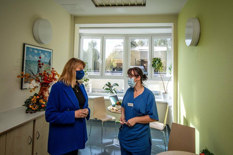 Mehrfach ist Sachsens Sozialministerin Petra Köpping (links) in den Vorjahren in der Leisniger Helios-Klinik gewesen, zuletzt 2020. Auch sie haben die Leisniger um Unterstützung im Kampf um die Geburtsklinik gebeten.