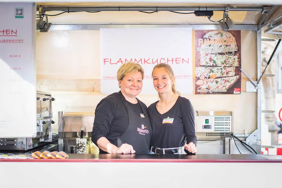 Vorm Ansturm noch einmal durchschnaufen: Katrin und Rebecca verkaufen Flammkuchen.