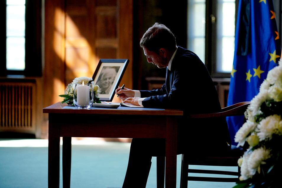 Sachsens amtierende Regierungschef Michael Kretschmer (CDU) hat sich am Sonnabend als Erster in das Kondolenzbuch für den gestorbenen früheren Ministerpräsidenten Kurt Biedenkopf (CDU) eingetragen.