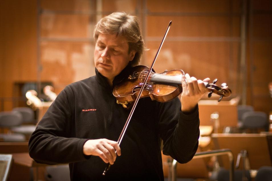 """Wolfgang Hentrich übt solo daheim: """"Es gibt genug zu spielen, bislang Liegengelassens, Werke, die wir für den Herbst oder noch später planen"""", sagt der 1. Konzertmeister der Dresdner Philharmonie."""