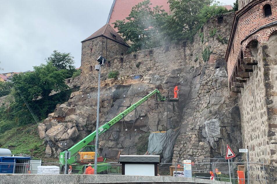 Fast den kompletten August lang hat die Stadt Bautzen die Felsen unterhalb der Alten Wasserkunst an der Mühlstraße sichern lassen.