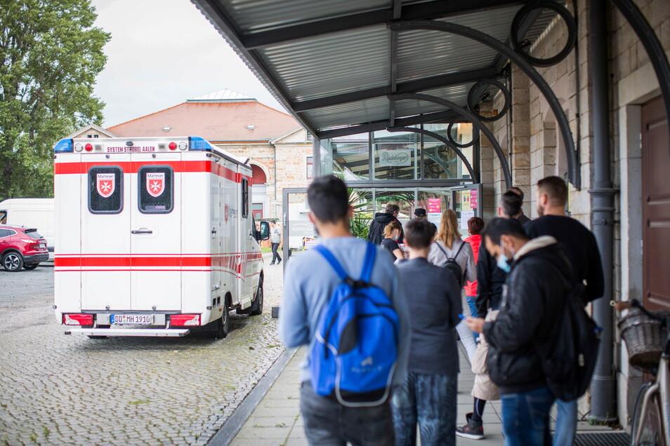 Warteschlange vor dem mobilen Impfzentrum in Alten Schlachthof. Insgesamt wird das Angebot gut von den Menschen angenommen.