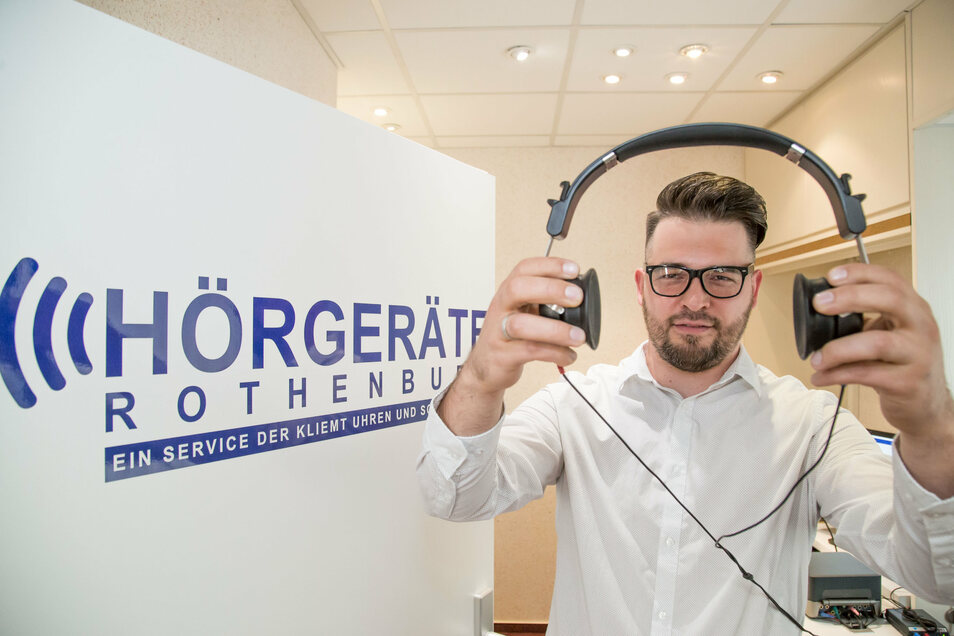 Für Ricardo Bajohr hat das Pendeln nach Bautzen ein Ende, er kann nun in der Uhren und Schmuck GmbH von Klaus-Dieter Kliemt in Rothenburg arbeiten.