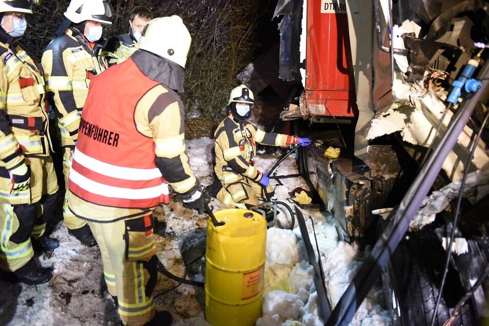 Die Feuerwehrleute mussten ausgelaufene Betriebsmittel aufnehmen.