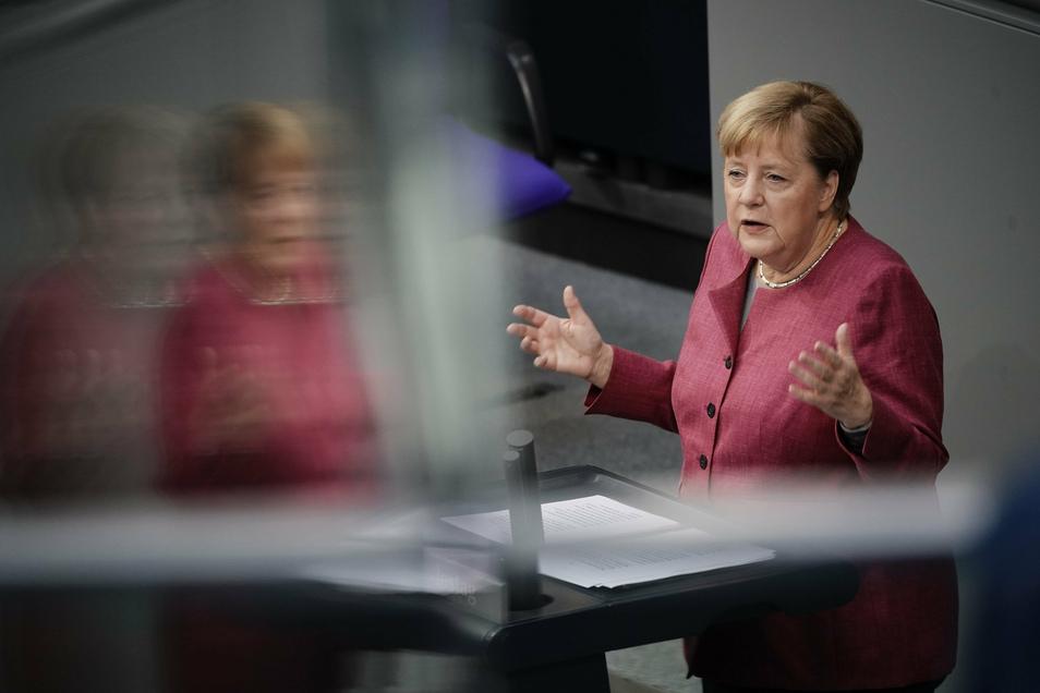Bundeskanzlerin Angela Merkel (CDU) spricht während der Generaldebatte zum Bundeshaushalt im Bundestag.