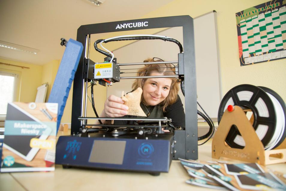 Aline Schulz ist Sozialarbeiterin und betreut den neuen Makerspace des Jugendringes Oberlausitz. Hier baut sie im Technikraum gerade einen 3D-Drucker auf.