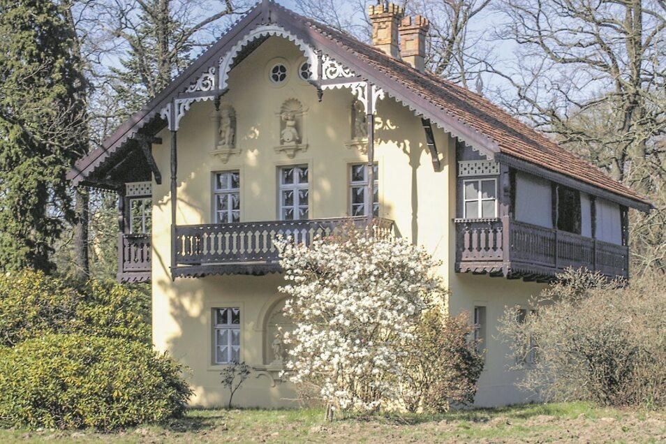 Das Kavaliershaus, wegen seines Baustils auch Schweizer Haus genannt, steht im Kromlauer Park gegenüber dem Schloss. Künftig beherbergt es Hochzeitspaare und Urlauber.