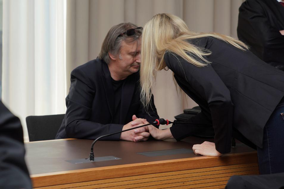 Das Ehepaar Lohse spricht sich vor Beginn der Verhandlung am Landgericht Dresden Mut zu.