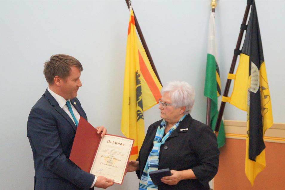 Dorothea Böhme wird von Oberbürgermeister Sven Mißbach als Ortsvorsteherin geehrt.