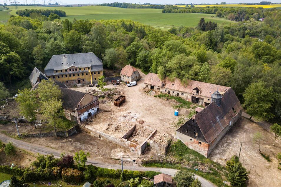 Das Ebersbacher Rittergut von oben. Links hinten ist das Herrenhaus zu sehen, daneben das Torhaus und der östliche Flügel. Wegen Baufälligkeit hatte schon ein Teil abgerissen werden müssen. Diese Lücke wird durch einen Neubau geschlossen.