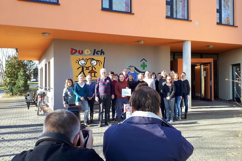 Ein Foto fürs Archiv: 200 Euro spendeten die  Rennfahrer Hans-Jürgen Macioschek und Udo Stenkewitz  dem Sozialpädagogischen Zentrum in Riesa. Davon sollen Spielgeräte gekauft werden.
