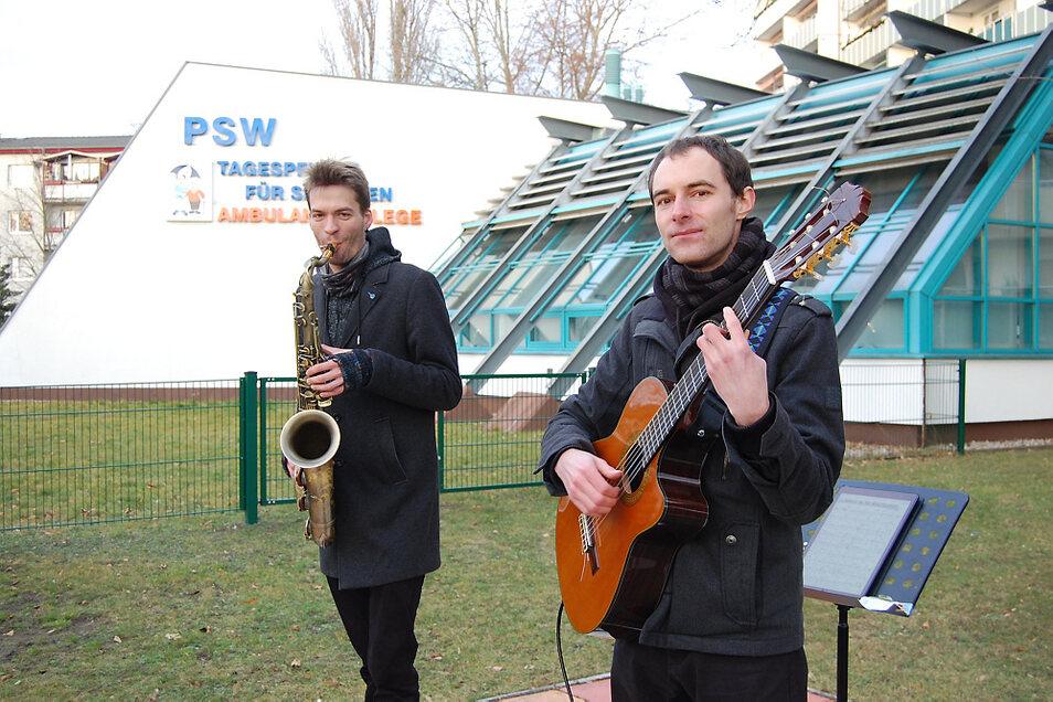 Saxofonist Max Ender und Hanno Nusche mit seiner Gitarre gaben am Dienstag mehr oder weniger halb-öffentlich ein kleines Adventskonzert.