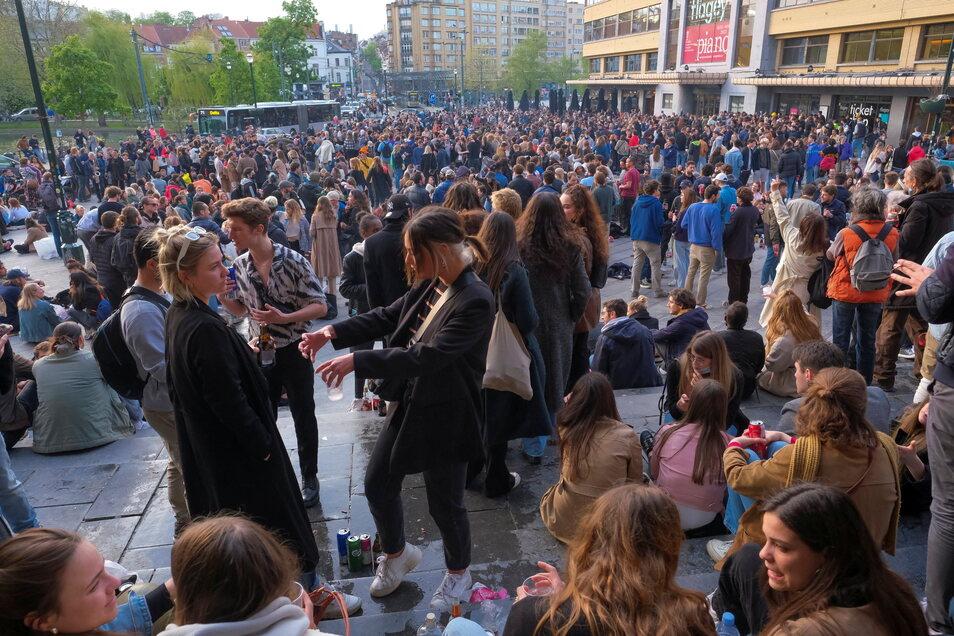 Menschen versammelten sich auf dem Platz Eugene Flagey ohne Mund-Nasen-Schutz, um die Lockerungen der Coronabeschränkungen des Landes zu feiern.