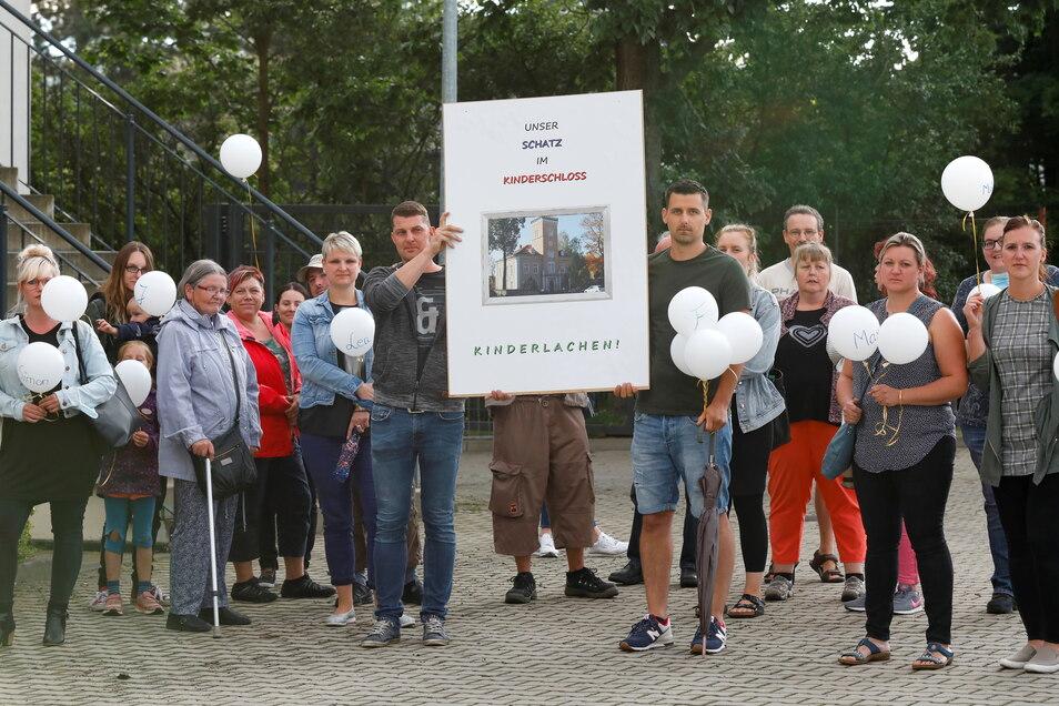 Eltern und andere Einwohner aus Ottenhain protestierten am Montagabend vor der Gemeinderatssitzung gegen die Schließung der Kita im Ort.