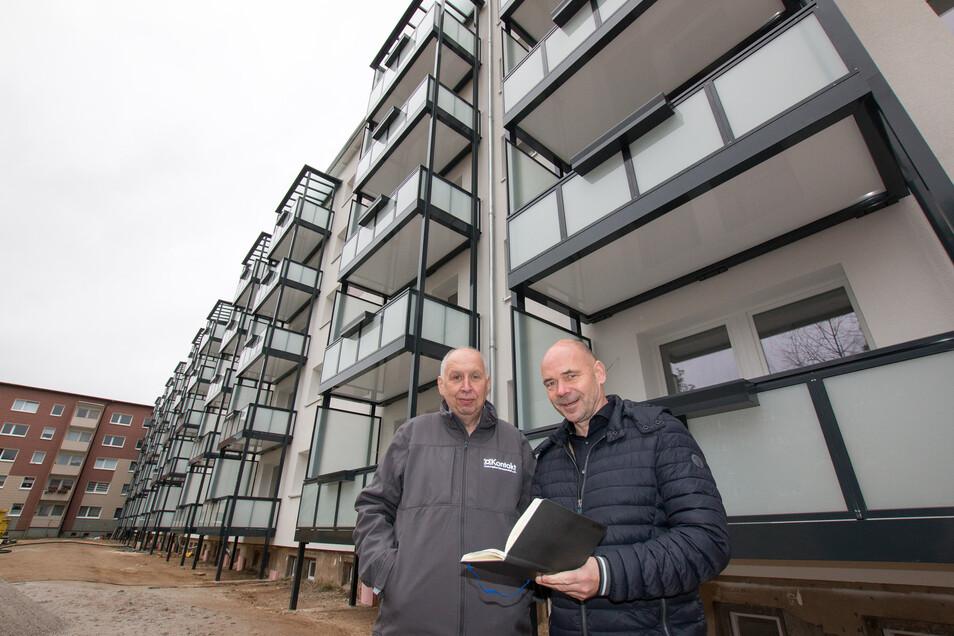 Jörg Keim (Vorsitzender des Vorstandes) und Uwe Rasch (Vorstand Technik) vor dem Gebäude der Döbelner Straße 9-17