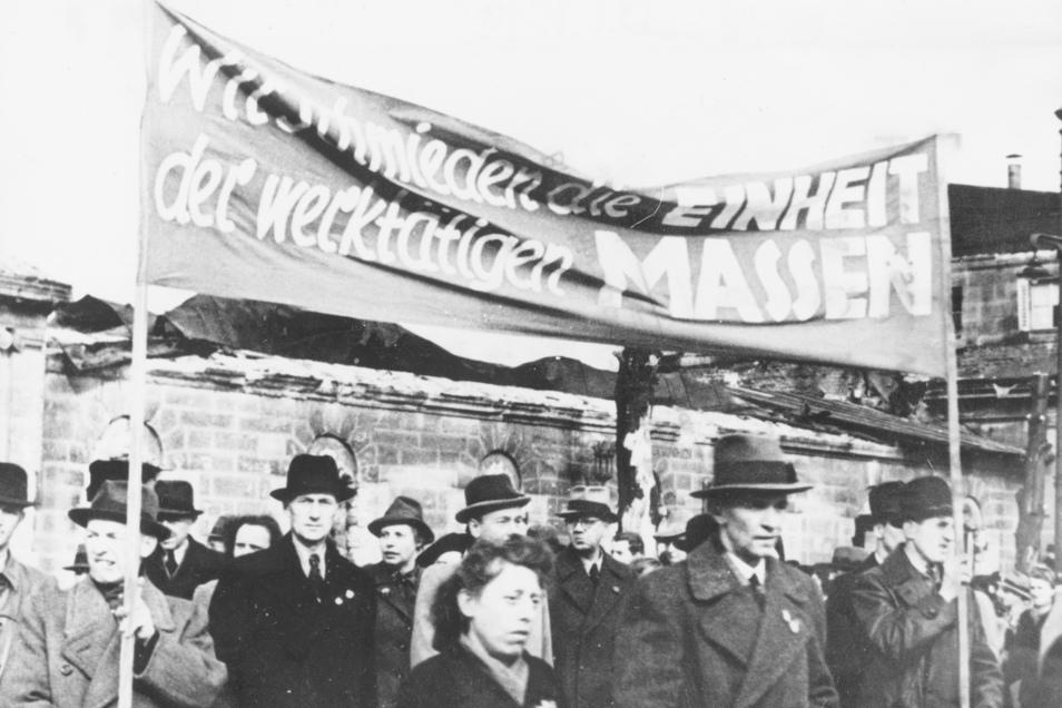 KPD und SPD gehen in Dresden im April 1946 zusammen auf die Straße.