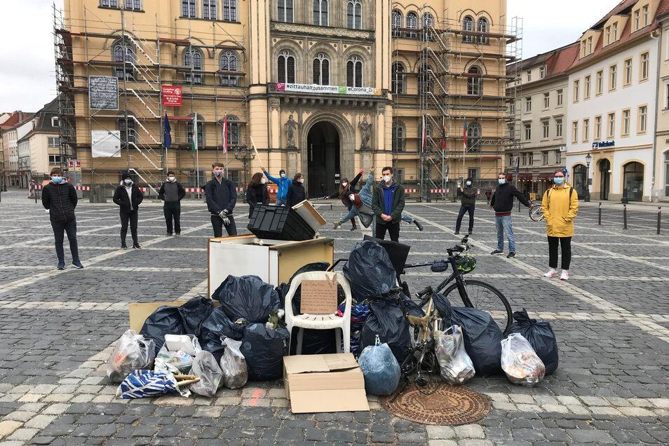 Stolz präsentierten sich die Zittauer Fridays for Future-Mitglieder am 2. April dem Müll, den sie im Stadtgebiet gesammelt haben.