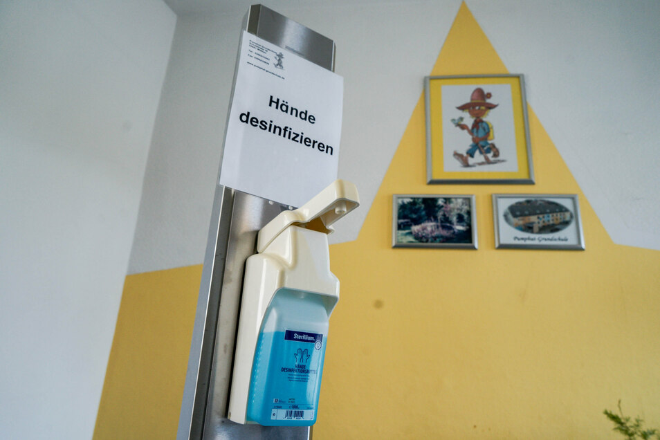 Ein Desinfektionsmittelspender steht gleich hinterm Eingang der Wilthener Grundschule. Jeder, der das Gebäude betritt, muss sich die Hände einreiben.