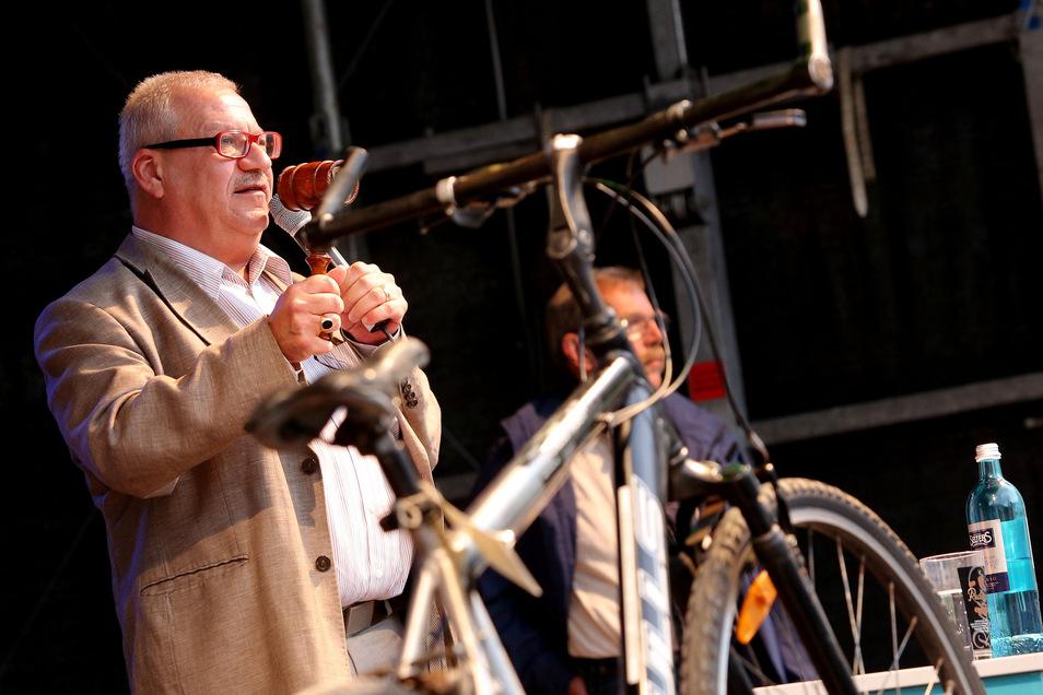 Versteigerungen gehören seit Jahren zum Bierstadtfest dazu. OB Gerhard Lemm wird auch bei der Jubiläumsfeier zum Hammer greifen.
