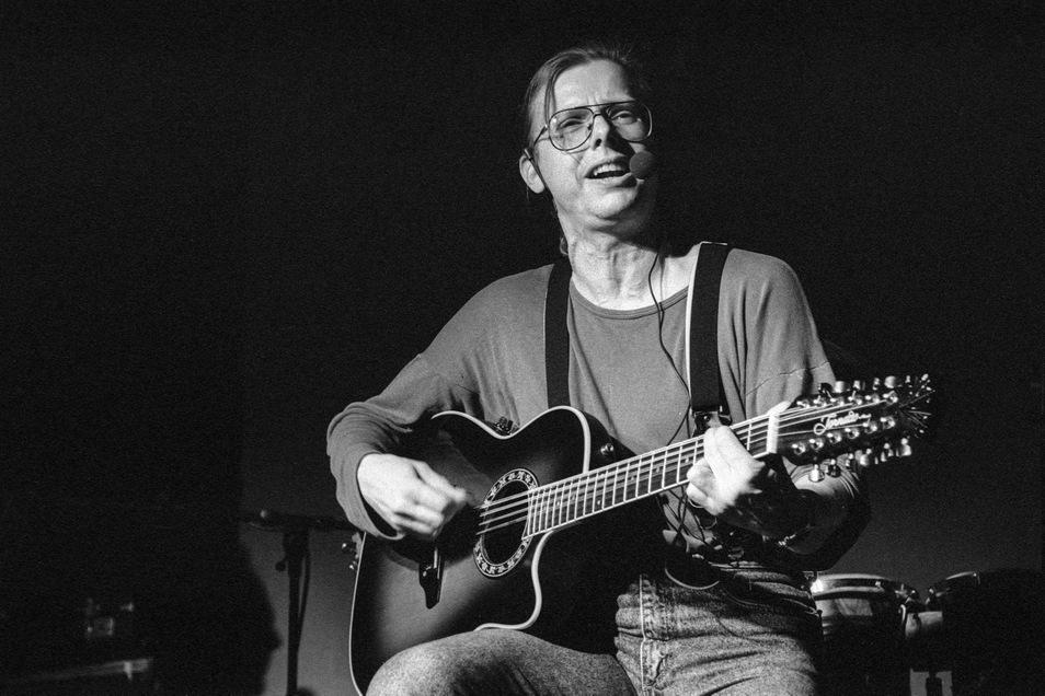 Er machte Die Seilschaft einst populär: Gerhard Gundermann beim Konzert mit seiner Band im Dezember 1995 im Dresdner Bärenzwinger.