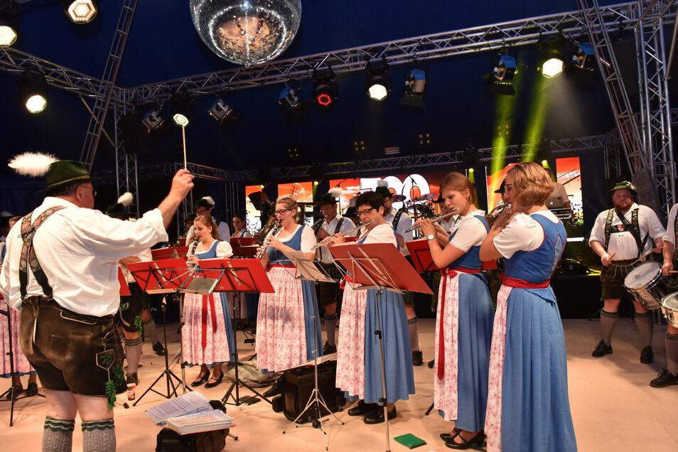 Mit 35 Musikern war die Musikkapelle Huglfing aus Reichstädts Partnerort angereist, um am Freitagabend die Feierlichkeiten zum Ortsjubiläum zu eröffnen.